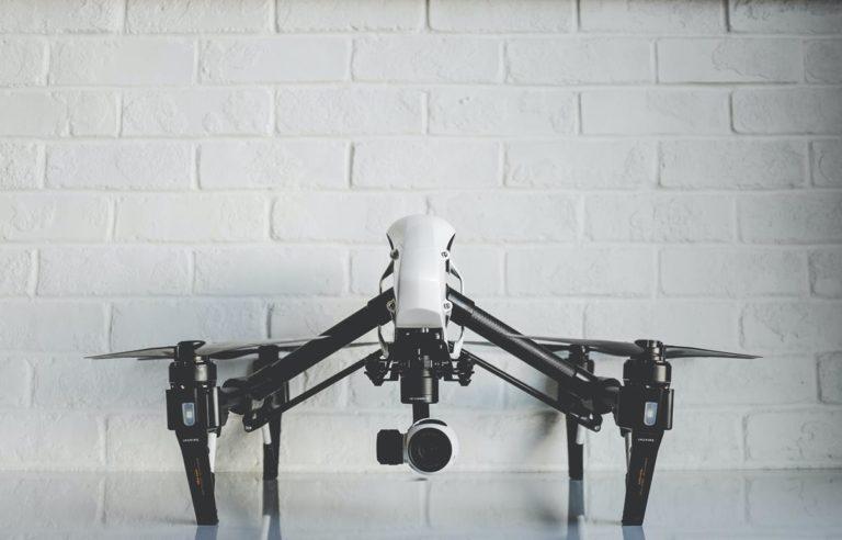 Współcześnie drony mają różnorodne zastosowania w wielu branżach
